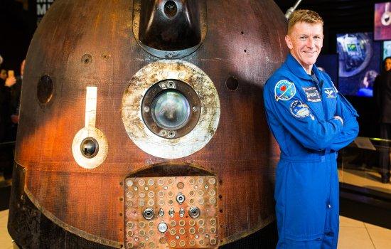 Tim Peake standing next to the Soyuz TMA-19M descent module