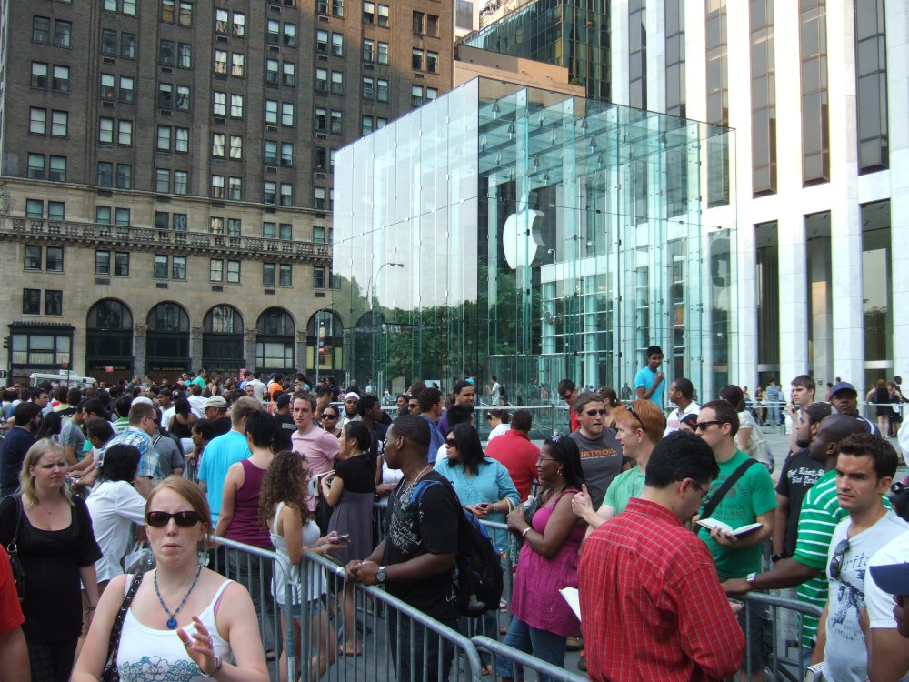 People queue to buy the iPhone 3G outside the Apple store in New York, 2012